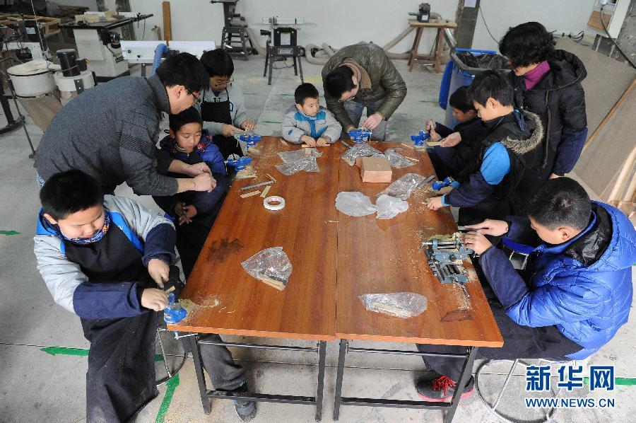 位于上海市宝山区淞兴西路的一家木工俱乐部推出儿童