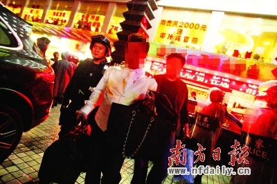 深圳/3月28日晚,160名香港人在深圳被荷枪实弹的警方带走。
