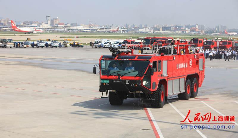 飞机牵引车,除冰车,吹雪车,驱鸟车等49辆机场特种车辆实战演练.