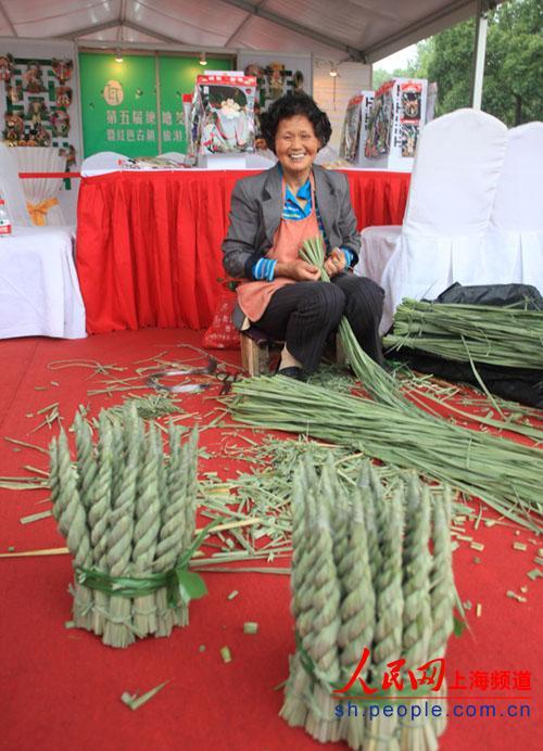 编织 青浦/老人用茭白叶壳进行手工艺品编织。