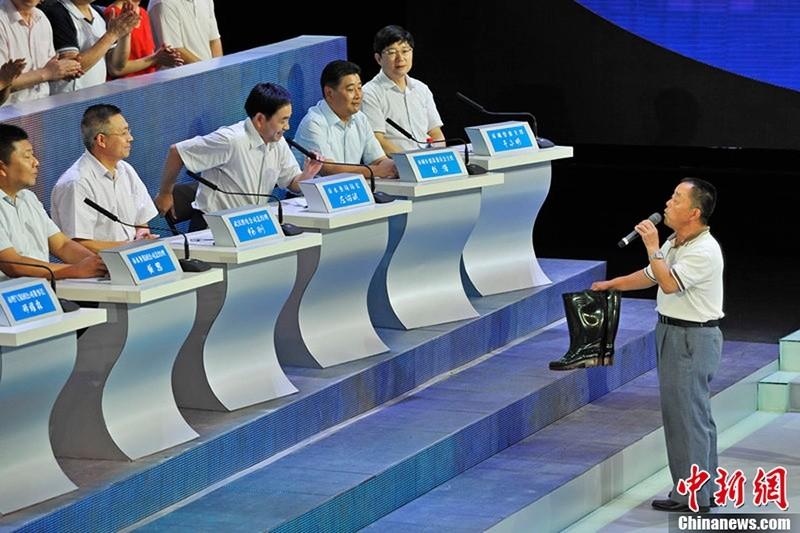 【图】武汉电视问政 居民给水务局长送套鞋