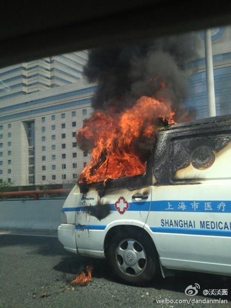 延安路/图说:今天10时许,一辆120救护车在延安路高架上自燃,所幸无...