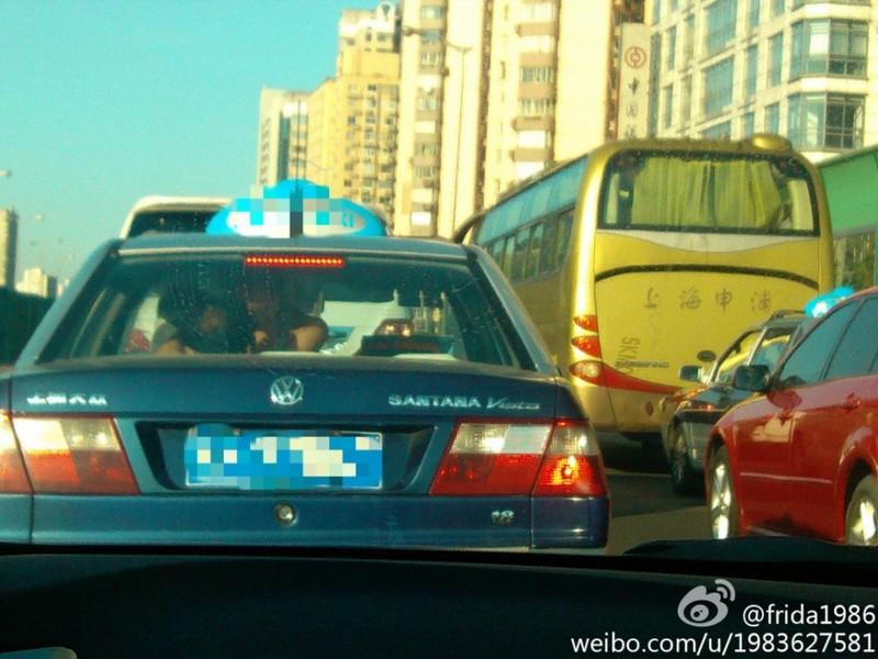 上海一对男女出租车内脱衣亲热 忘情车震组图