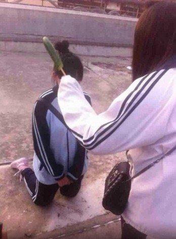 上海再现黄瓜校园女生?女子下跪嘴里塞美女[暴力口臭有都图片
