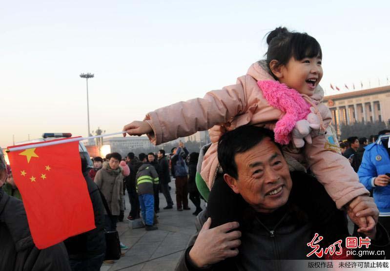 数万观众观看天安门新年升旗仪式