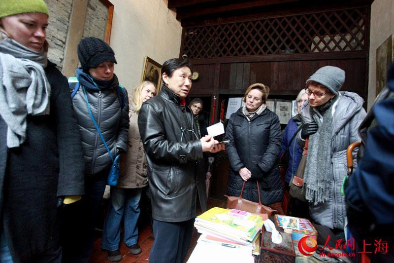 家庭 美国 石库门 博物馆/2月19日,一批美国客人在参观石库门家庭博物馆。