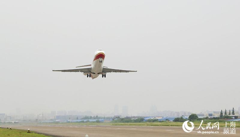 arj21-700飞机105架机在大场机场成功起飞