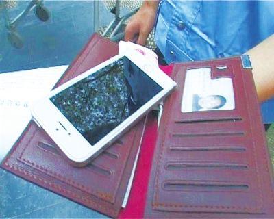 手机 郑州/男子被控制后,民警从其身上找到一个高档钱包,一部最新的苹果...