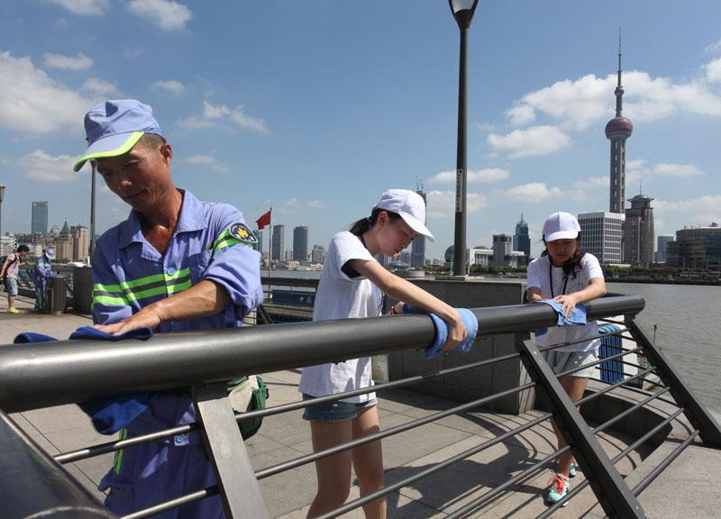 上海东华大学的大二学生周书涵和20多大学生来到上海欣谊环