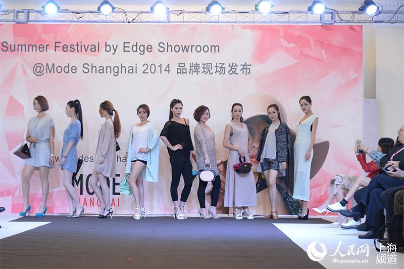 丝丝的凉意,但T台秀场上涌动的创意设计却让申城时尚达人、潮牌图片