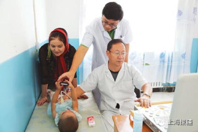 不久前,喀什有位肾病患者专程乘飞机到1500公里外的乌鲁木齐医院治疗,那里的医生却告诉他,新疆现今最好的肾病医生在喀什第二人民医院,是上海来的,让他赶紧回去。 喀什二院原先只是家普通的专科医院,名气不大。自从近年来有了上海援疆医疗队,医院的医疗水平突飞猛进,名声传遍全新疆。许多维吾尔族患者病愈后,连说热合买提(谢谢),称赞上海医生亚克西(很好)。 消灭多项技术型放弃 年初,上海医疗队总领队、喀什二院院长吴韬领着刚来喀什不久的第八批援疆医疗队员,在宿舍楼前种下两棵小白杨,并许下心愿帮助喀什二