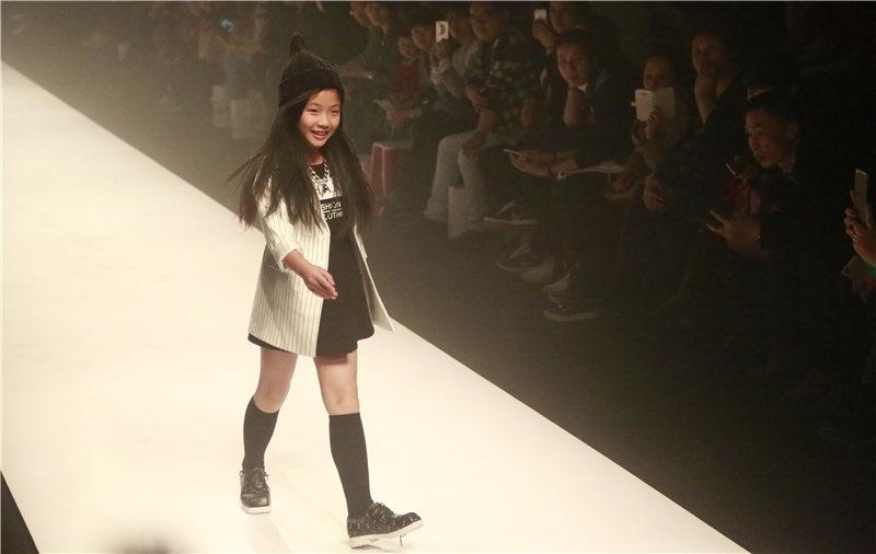 童装模特走秀气场不输大人 玩转空间上演视觉