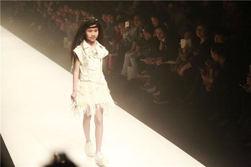 童装模特走秀气场不输大人 玩转空间上演视觉冲击