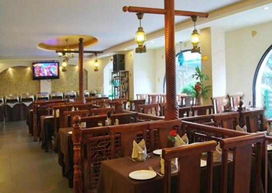餐厅一楼是酒吧,二楼用餐区正对黄浦江,欧式复古的装修风格,很有情调.