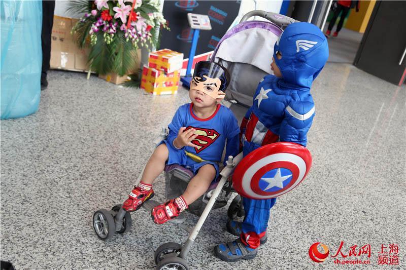 刚刚学会走路的外国孩子被父母打扮成英雄动画人物,可爱至极.
