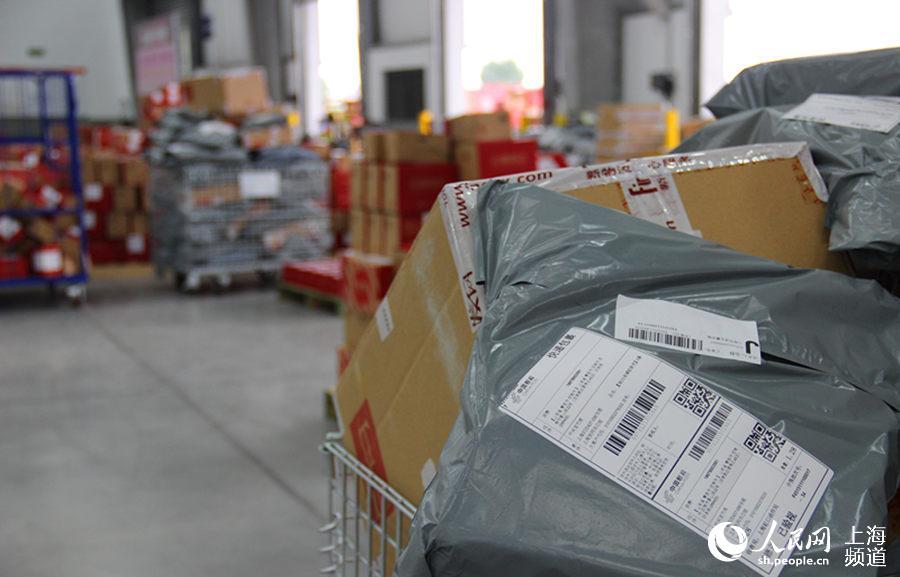 包裹好的快递被贴上标注着目的地的标签,等待装车发货