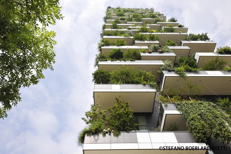 人民网上海4月22日电 (记者励漪)一本充满奇妙构想并付诸实践的绿色读本《一座垂直的森林》(A Vertical Forest)将于4月底正式在中国各大实体书店和网络上公开发售。今天,该书作者、意大利著名建筑设计师斯坦法诺博埃里先生(Stefano Boeri)来到上海,出席该书的新闻发布会。  斯坦法诺博埃里先生在新书发布会上。( 记者励漪摄) 斯坦法诺博埃里是世界著名的建筑师、策展人、评论家及教育家,其著名作品包括米兰2015年世博会总规划、米兰垂直森林双塔、撒丁岛G8峰会规划及建筑设计,以及