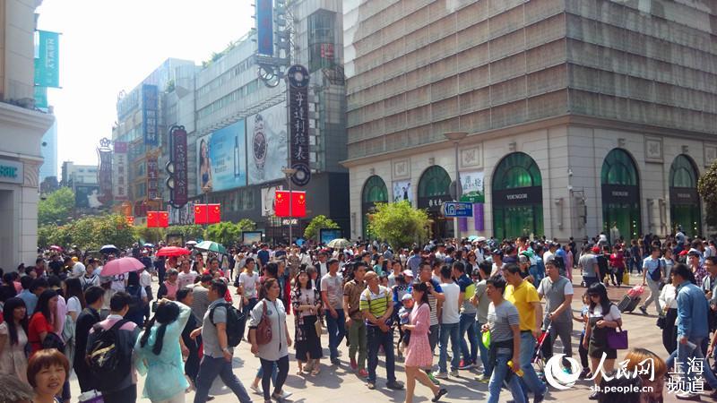 五一小假期申城旅游火爆 游客踩踏绿地仍有不