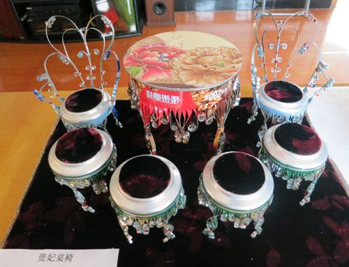 """利用易拉罐等废旧材料制作的""""贵妃桌椅"""""""