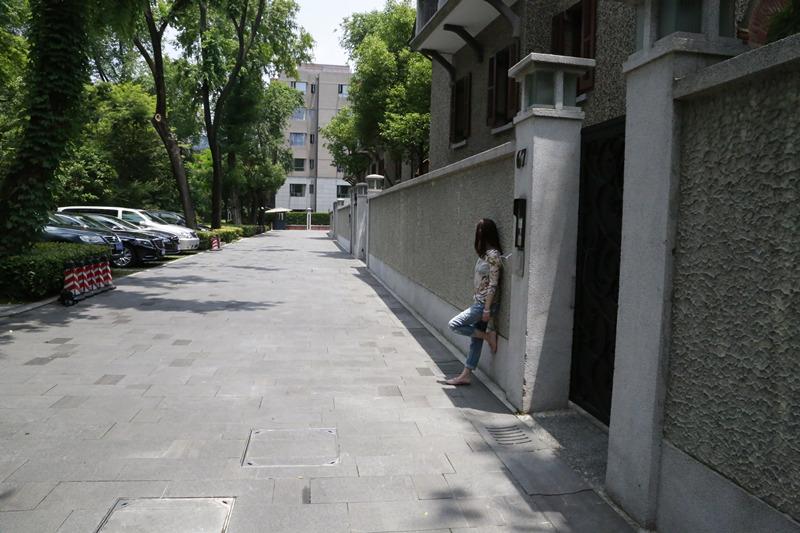 编者按:有人因为一部电影而爱上一座城市,有的城市因为一部电影而闻名遐迩。人民网90后女记者将带你一起在光影中穿梭,了解上海,感受其独特的文化与生活。 思南公馆,这个上海的新名片,饱含了浓重的人文历史底蕴,源远流长的建筑文化,见证了东方与西方、历史与现代的和谐融汇。