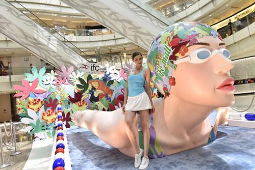 上海ifc商场惊现巨型泳将雕塑