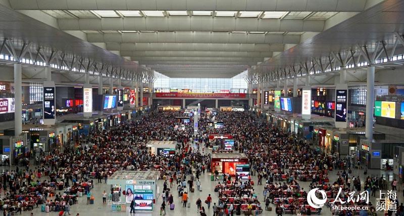 国庆期间的上海虹桥火车站候车室