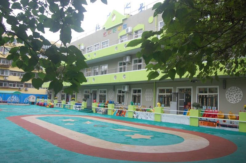 北方之星右安门园占地面积3600平方米,建筑面积2600平方米。办园规模10个班(其中:1个班为托班部,4个小班、3个中班和2个大班)。园舍设施按照小区配套幼儿园建设,教育教学用品已配置齐全,幼儿园具备一整套多媒体教育设施,广播教育设备,具备功能较为齐全的安保报警和监控装置,并设有多功能活动室1个,专用活动室4个(国画教室、钢琴教室、爵士鼓教室);户外场地设置了幼儿嬉水池、玩沙池,有大型户外活动器具,宽敞的塑胶场地等等 ;另外还建设了亲子活动中心,中心内设有亲子教室、美工区、图书区、沙盘区、感统训练区、娱