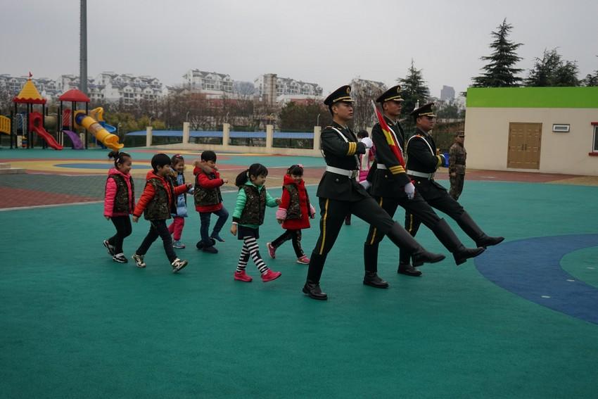 南京陆军指挥学院拂晓幼儿园,始建于1977年4月,地处环境优美的绿色军营中。先后被评为南京示范园、江苏省优质园、总参先进园、总参示范园、南京市平安校园。幼儿园总占地面积11000平方米, 建筑面积4100平方米,绿化面积4500平方米,户外活动场地4900平方米,园内配套设施先进齐全,地域宽敞、环境优美。 全园共有教职工45人。高级教师6名,一级教师1名,二级教师10名。4人评为总参优秀教师、7人评为学院优秀教师,1人评为南京市优秀青年教师, 4人评为浦口区优秀青年教师 ,1人评为南京市先