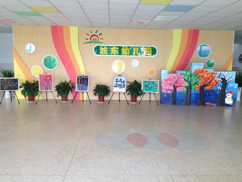 争创优质 普惠阳光 感恩 成长 积累 收获 南京市浦口区城东幼儿园是一所全日制的普惠性民办幼儿园。开办于2001年,2013年8月迁址到南京市浦口区江浦街道康华路22号,邻靠浦口区第四中学和城东小学。新园占地面积9890平方米,校舍建筑面积5800平方米,户外3484平方米,绿化2600平方米。五轨制可容纳500多名幼儿入园,教职工近60名,每班均配备两教一保。 幼儿园始终坚持精心培育幼儿、真诚服务家长、倾力成就教师的办园宗旨。以美创园、以爱立园、以和兴园的办园理念,以树品牌、创特色、争一流为办