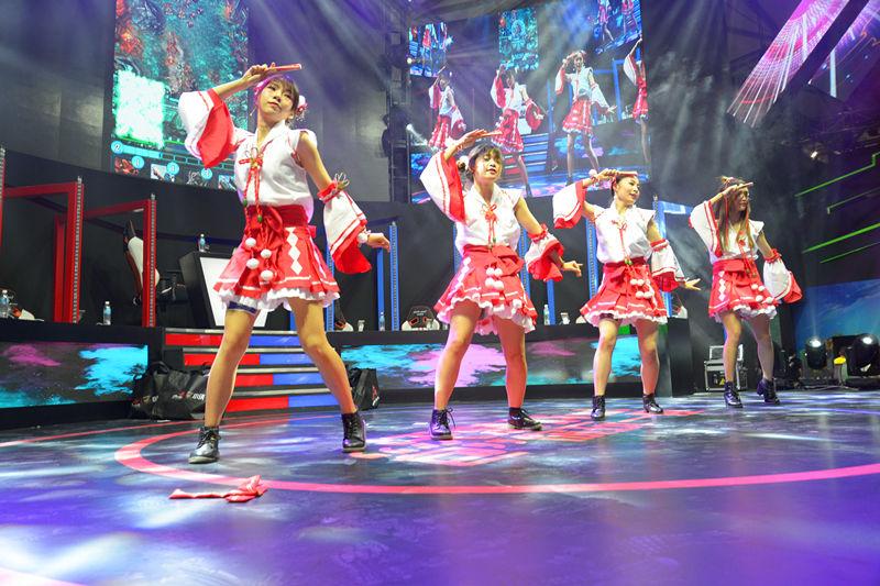 演员在现场表演舞蹈