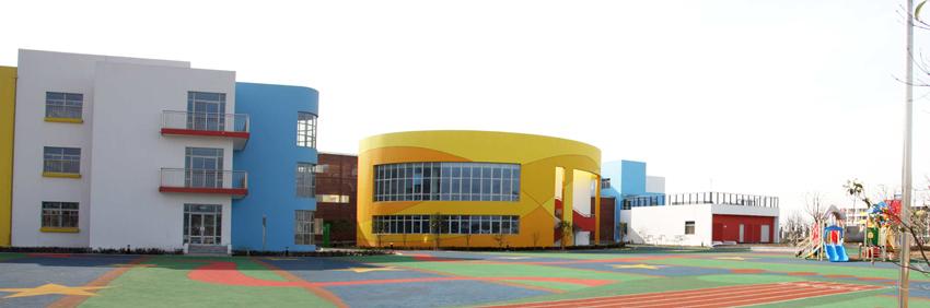 苏州市金阊新城实验小学附属幼儿园,原名虎丘第二中心小学附属幼儿园,隶属姑苏区教育局直属的公办幼儿园。创办于1984年9月,2010年2月移地新建。 幼儿园占地面积25824,绿化面积9922,建筑面积12031;户外活动场地5000。有24班的办园规模,拥有科发室、阅览室、美术室、建构室、感统室、电脑房等配套专用室场,近两年来我们还开设了户外的体验场:野外体验、野外拓展、美食变身记、植物成长记、种子旅行记、野外扮家家。 【园长寄语】 【幼儿园老师讲故事】