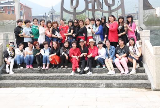 杭州市紫荆花幼儿园于1999年9月开办,占地面积6600平方米,建筑面积2172平方米,绿化面积也达到3105平方米,环境优美,布局合理,是浙江省二级幼儿园,杭州市甲级幼儿园。现有班级14个,幼儿在园人数487名。紫荆花幼儿园共有教职工46人,其中专任教师31人,100%大专及以上学历,其中硕士研究生1人,本科学历 25人,幼教高级职称13人,幼教一级职称 11人,职称率占70%,我园有一支充满活力和上进心的教职工队伍,有市优秀教师1名、区教坛新秀6名、区教坛中坚3名、区优秀班主任7名、区优秀教师7名、区