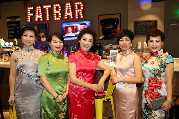 迎国庆 上海女企业家身著旗袍登上海之巅