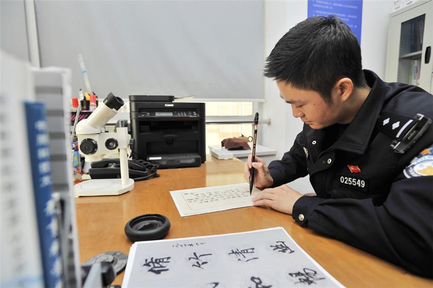 重阳节来临之际,上海市公安局长宁分局刑侦支队刑科所副所长陈澄靖用