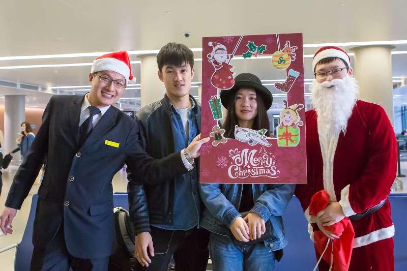 人民網上海12月26日電 (記者沈文敏)昨天,上海虹橋浦東兩大機場的候機樓內舉辦了一場以相約聖誕、喜迎新年為主題的旅客體驗活動。聖誕老人來到旅客中間,派送禮物並熱情提供送旅客登機服務,同時春秋航空地服人員還在機場候機大廳與值機大廳為旅客帶來聖誕贊歌等精彩表演,使旅客感受到濃濃的節日氣息。 對於坐飛機出行的旅客來說,聖誕節在上海兩大機場的所見所聞一定記憶深刻,出現在機場的聖誕老人無疑為節日增添了幾分喜慶。據了解,此次體驗活動共為期兩天,分別是12月24日與12月25日,除了聖誕老人在上海兩大