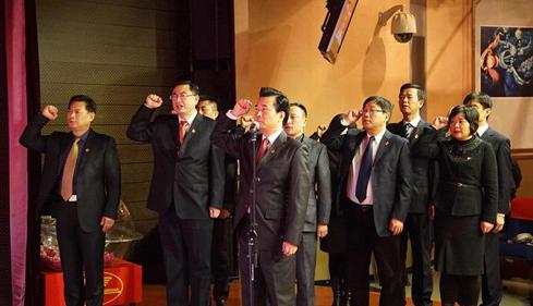 周家渡街道领导班子在党旗下重温入党誓词