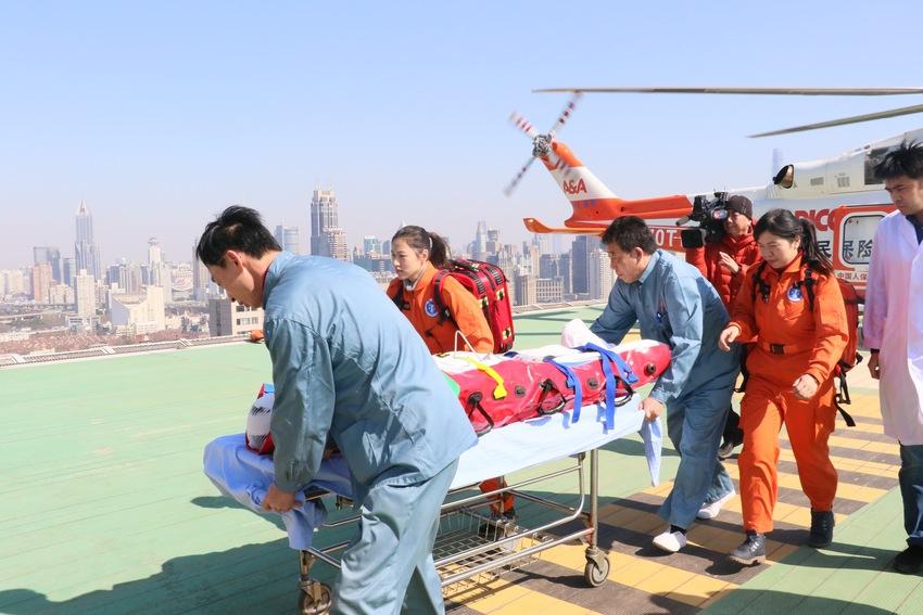 上海举行航空医疗实战救援演练
