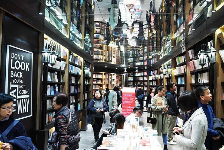 清明假日沪上书店读者多