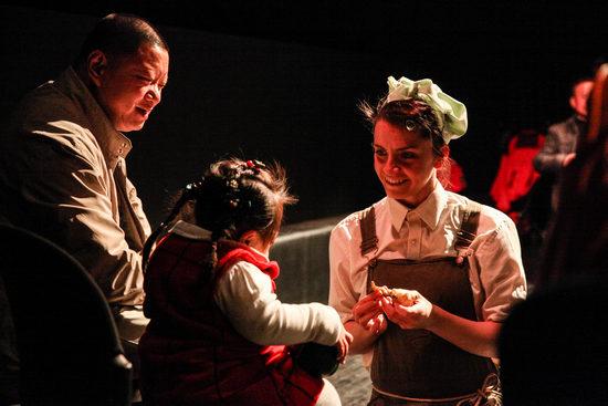 (龚莎)日前,为脑瘫和唐氏综合症儿童创作的沉浸式戏剧《可爱的农庄》