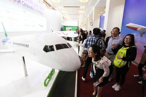 5月10日,中国商用飞机有限责任公司的国产大飞机展台吸引了许多观众.