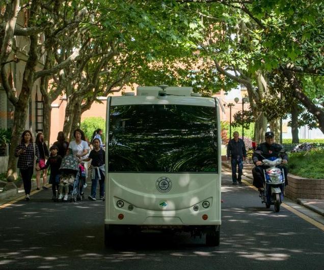 无人驾驶校园小巴在交大试运行