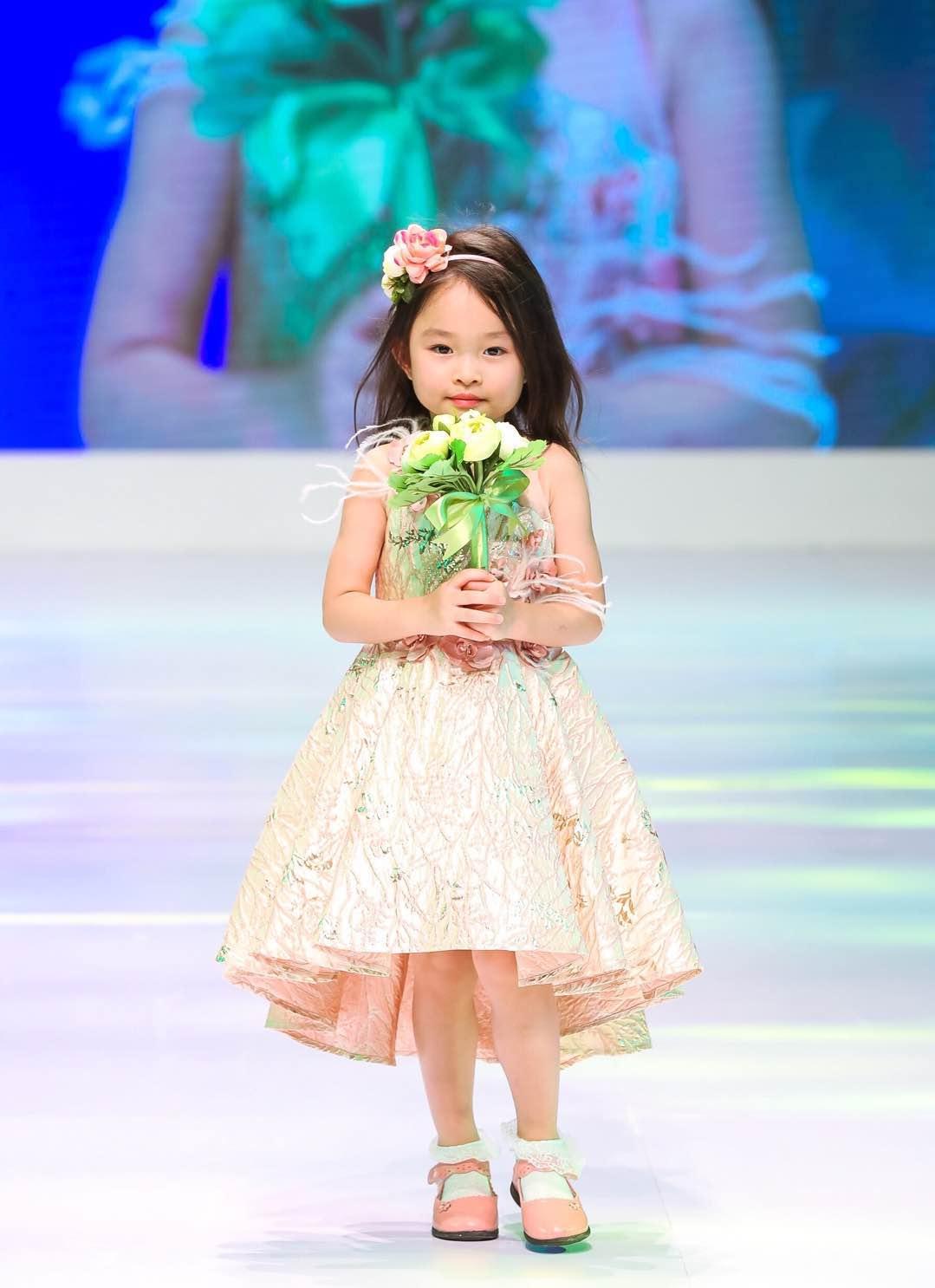 """小明星""""选手轮番登台,为现场观众带来了一场活力十足又萌趣可爱的模特"""