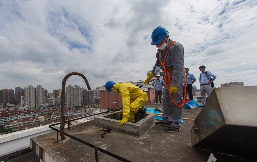 汗水换来优质自来水 探秘上海二次供水水箱清洗