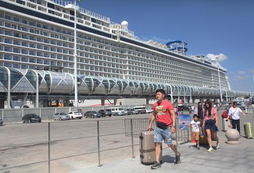 出入境游客体验新客运大楼启用后,上海邮轮服务带来的便捷与舒适。