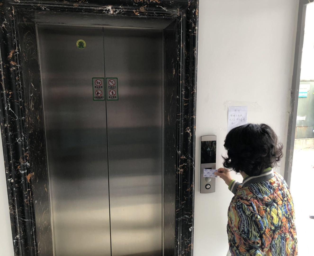 """老旧小区加装电梯是否""""一路绿灯""""据记者多方调查,目前老旧小区加装电梯""""卡壳""""难题最为严重的是......"""
