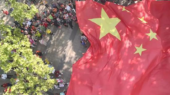 《我和我的祖国》巨型国旗亮相中山公园!这场快闪齐聚黄豆豆、郑云龙、王仪涵……还有萌萌哒机器人