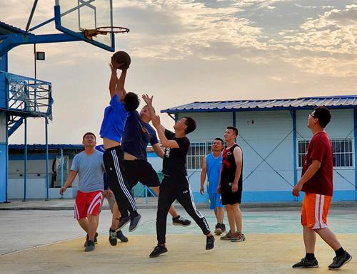 """篮球友谊赛,激情风采""""篮""""不住"""