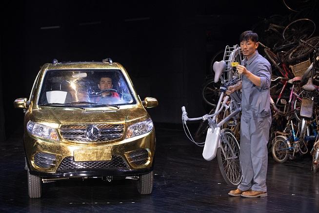 舞台上搭出一座单车山 《天堂隔壁是疯人院》再登上话舞台