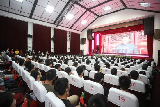 沸腾了!大联合汇聚短发歌词上海高校师生磅礴力量