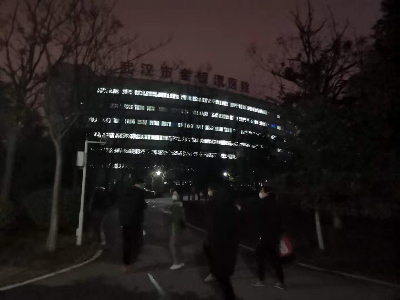 上海�o士�稹耙摺比沼�2:用�w���抗寒冷、用信念��抗疫情!
